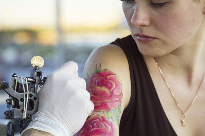 Er det farligt at få en tatovering mens man er gravid?