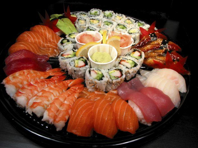 Kan du fortælle mig om gravide må spise sushi og skaldyr?