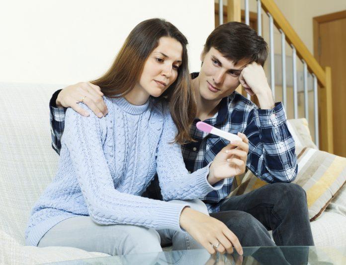 Min kæreste har symptomer som træthed og kvalme. Er hun gravid?